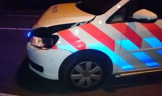 Zwaar beschadigd politievoertuig