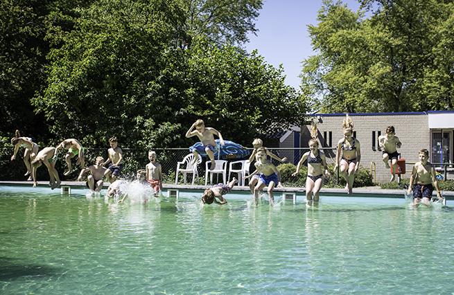 De eerste duik van 2020 in zwembad het Blauwe Meer