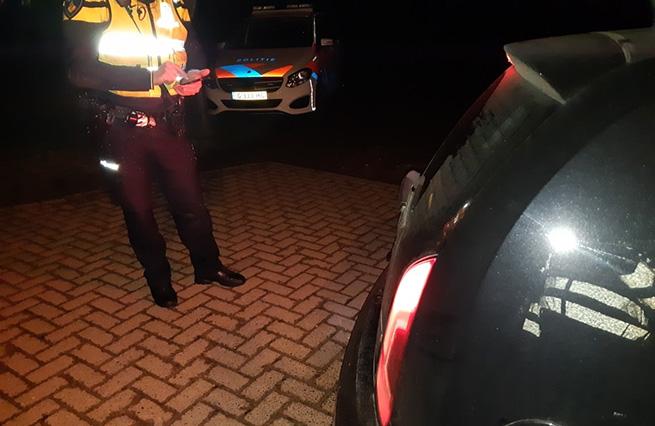 Politie schrijft een boete uit - Aaltenseweg